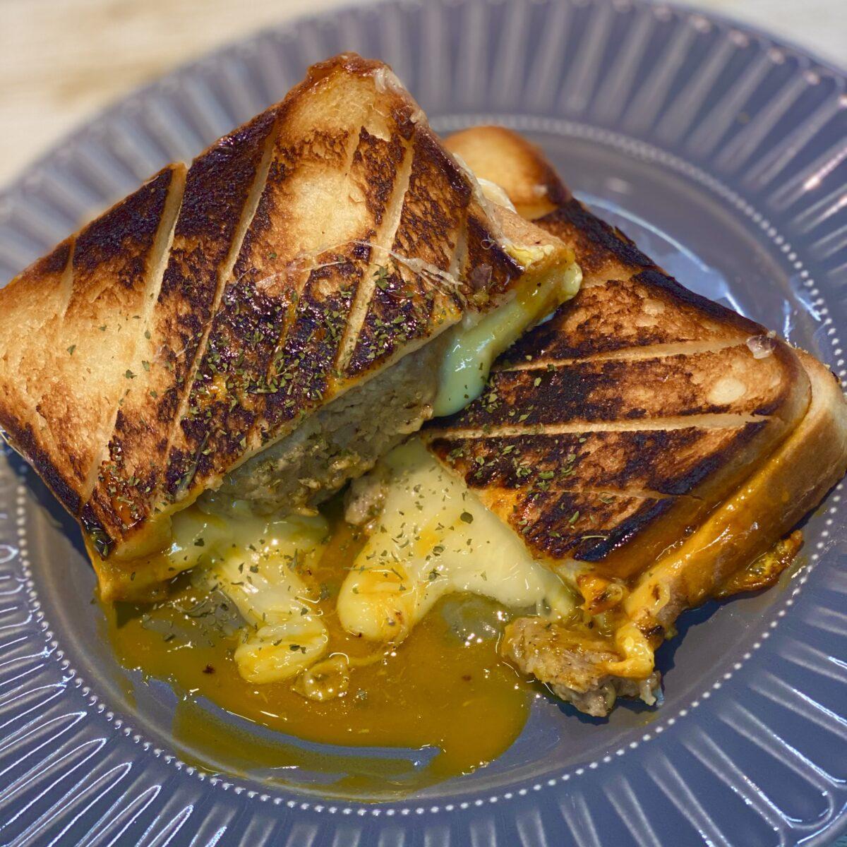 チーズと卵のハンバーグホットサンド